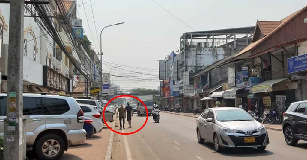 Tourists in Vientiane Capital forced to walk on the road into oncoming traffic