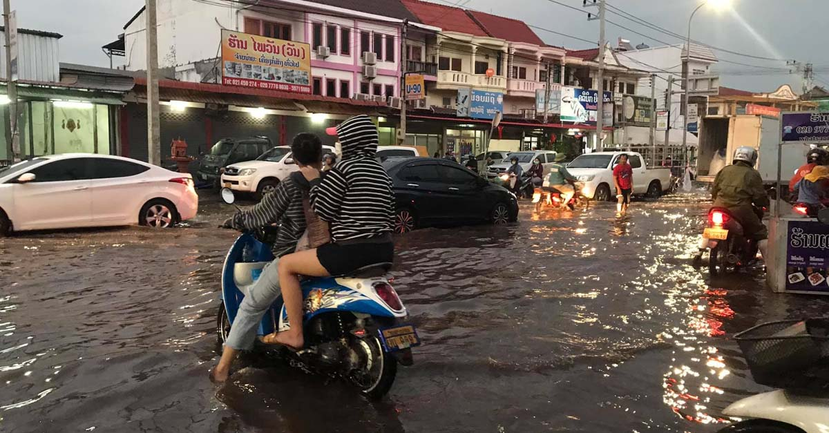 Flood at That Luang Intersection Caused by Clogged and Faulty Drains