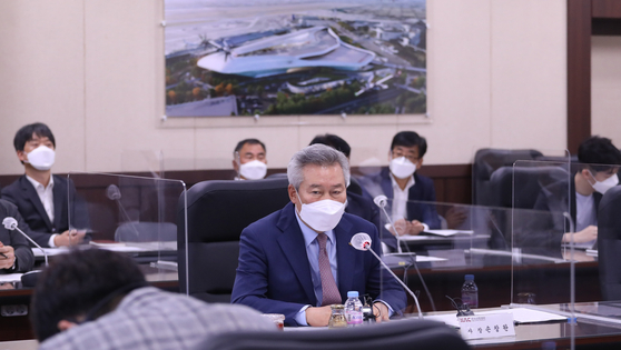 on Chang-wan, CEO of Korean Airports Corporation, speaks at a press briefing at the company headquarters in Gangseo District, western Seoul, on Monday. [YONHAP]