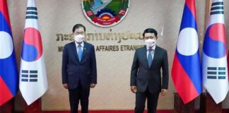 Sout Korean Foreign Minister Chung Eui-yong poses with Lao Minister of Foreign Affairs Saleumxay Kommasith (Photo: Yonhap)