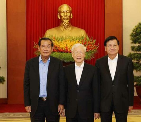 Lao President Thongloun Sisoulith poses with Vietnamese and Cambodian leaders in Hanoi.